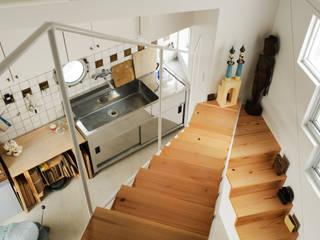 2階アトリエ: Kikumi Kusumoto/Ks ARCHITECTSが手掛けた廊下 & 玄関です。