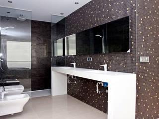 La Perla del Mediterráneo Baños de estilo moderno de Spainville Inmobiliaria Moderno