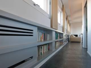 Casa sui cortili Flur, Diele & Treppenhaus von Calzoni architetti