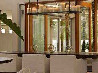 トロピカルデザインの ダイニング の Lichelle Silvestry Interiors トロピカル