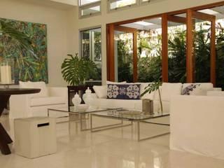 トロピカルデザインの リビング の Lichelle Silvestry Interiors トロピカル