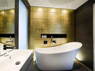 Baños de estilo moderno de AR Design Studio