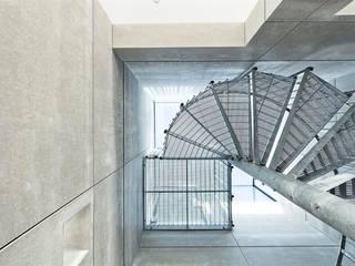 Corredores e halls de entrada  por AR Design Studio