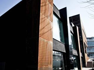 """Giorgia Boutique """"ur-former project"""" : Negozi & Locali commerciali in stile  di Enrico Muscioni Architect"""