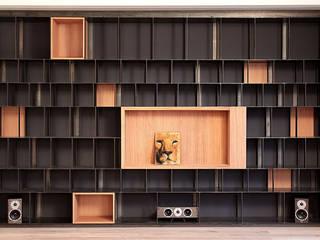 iron and wood bookcase:  in stile  di LCArchitetti