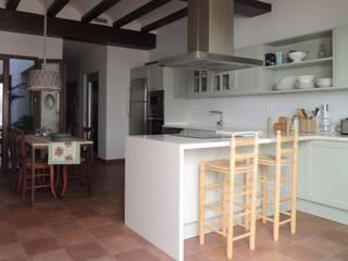 Cocina clásica en Moraira: Cocinas de estilo  de Sobre Cocinas