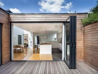 Courtyard House - East Dulwich Modern balcony, veranda & terrace by Designcubed Modern