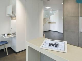 Couloir, entrée, escaliers modernes par LUXHAUS Vertrieb GmbH & Co. KG Moderne