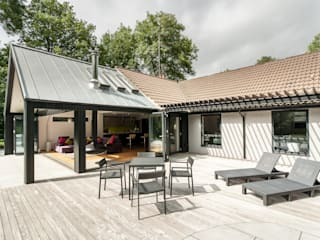 The Spinney- Renovation, Surrey:  Terrace by Designcubed