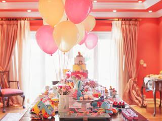 Vista da mesa de bolo e doces.: Sala de jantar  por Lima Limão-  Festas com charme