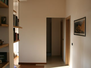 enrico massaro architetto Modern Corridor, Hallway and Staircase