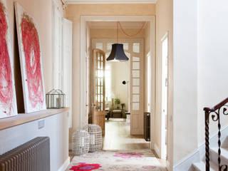 Pasillos, vestíbulos y escaleras de estilo minimalista de The Room Studio Minimalista