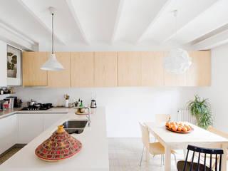 Cocina - comedor Reforma Urgell: Cocinas de estilo  de Anna & Eugeni Bach
