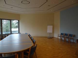 Großer Besprechungssaal in einer kirchlichen Einrichtung Skandinavische Kongresscenter von Interiordesign - Susane Schreiber-Beckmann gestaltet Räume. Skandinavisch