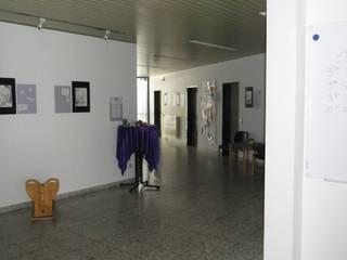 Eingangshalle und Ausstellungsflur für Bildungseinrichtung Moderne Veranstaltungsorte von Interiordesign - Susane Schreiber-Beckmann gestaltet Räume. Modern