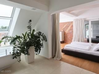 umbau und sanierung eines stadthauses in stadtamhof,  regensburg: moderne Schlafzimmer von Architekturbüro Ferdinand Weber
