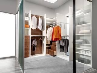 Raum im Raum: Glasschiebetüren als Raumabtrennung:  Haushalt von LIGNUM Möbelmanufaktur