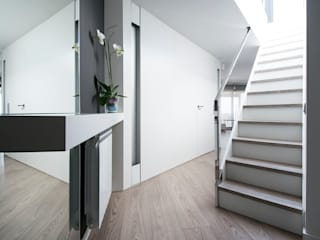 Pasillos, vestíbulos y escaleras de estilo moderno de Blank Interiors Moderno