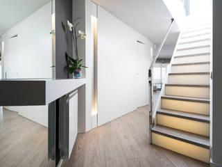 Corredores e halls de entrada  por Blank Interiors