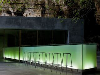 Bar in the Caves of Porto Cristo A2arquitectos Nowoczesny balkon, taras i weranda