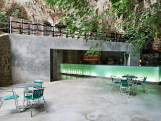 Bar in the Caves of Porto Cristo A2arquitectos Balcones y terrazas de estilo moderno