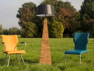 Stoelen met teakhouten lamp: landelijke Woonkamer door Teak & Wood