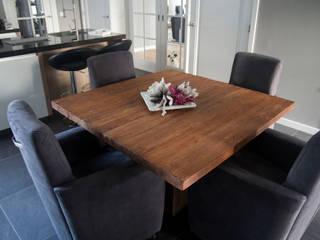 Teakhouten tafel met comfortabele stoelen:   door Teak & Wood