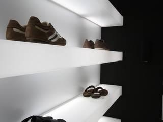 Zapatería de líneas limpias y depuradas Centros comerciales de estilo minimalista de Estudio Sergio Castro arquitectura Minimalista