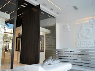 Limpieza y elegancia en una exposición de Puertas y Ventanas de lujo: Oficinas y Tiendas de estilo  de Estudio Sergio Castro arquitectura