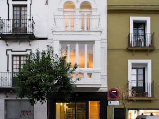 Housing Restoration in Montesión Square, Seville, Spain. Donaire Arquitectos オリジナルな 家
