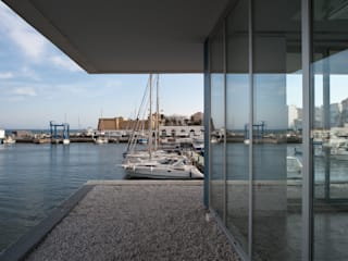Office and Service Building in Port of Roquetas de Mar, Almería, Spain Kantoor- & winkelruimten van Donaire Arquitectos