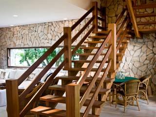 Pasillos, vestíbulos y escaleras tropicales de homify Tropical