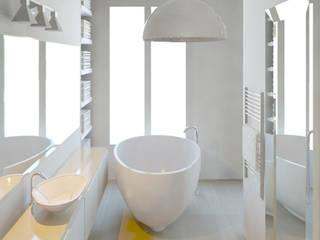 appartement PARIS 9: Salle de bains de style  par Agence KP