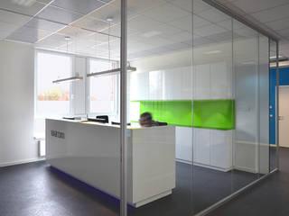 Locaux commerciaux & Magasin modernes par Scharrer Architektur GmbH Moderne