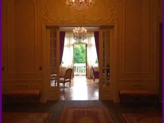 appartement haussmanien Paris 16: Couloir et hall d'entrée de style  par Agence KP