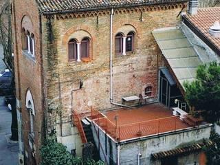 Immagine del complesso dell'ex campanile della cattedrale di Santa Colomba prima del restauro.: Case in stile in stile Moderno di Cumo Mori Roversi Architetti