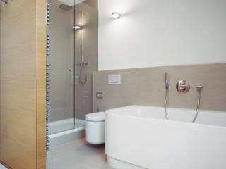 現代浴室設計點子、靈感&圖片 根據 Marius Schreyer Design 現代風