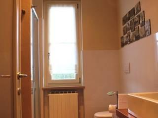 ...il bagno della nonna: Bagno in stile  di VALENTINA BONANDIN STUDIO TECNICO