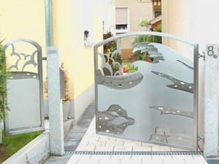 "Stainless Steel Gate Design ""the Perfect Wave"" Series Edelstahl Atelier Crouse: Jardines de estilo moderno"
