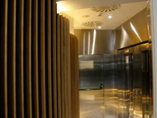 走廊 & 玄關 by Octavio Mestre Arquitectos
