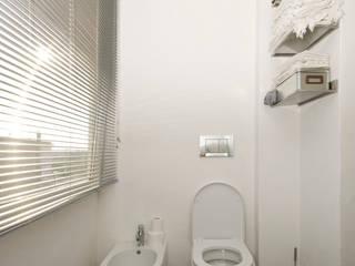 Badezimmer von Fabiola Ferrarello architetto