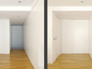 Modern Corridor, Hallway and Staircase by morana+rao architetti Modern