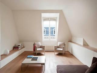 Apartment renovation in Paris-7th: Soggiorno in stile  di GIULIANO-FANTI ARCHITETTI