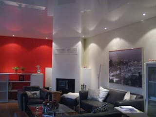 Wohnzimmer mit weißer Akustikspanndecke Moderne Wohnzimmer von Mettner Raumdesign Modern