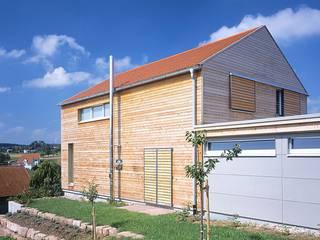 Einfamilien Wohnhaus in Holzständerkonstruktion: moderne Häuser von Jarcke Architekten