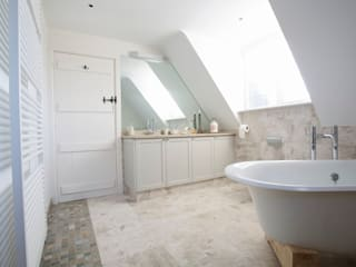 Private home, West Surrey:  Bathroom by SlightlyQuirky ltd