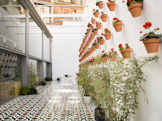 St. Christopher's Inns Hostel Barcelona. : Bares y Clubs de estilo  de LabMatic Estudio
