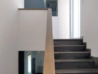 Casa EG: Ingresso & Corridoio in stile  di Nuovostudio Architettura e Territorio