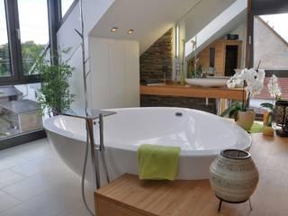 Wellness Bad im Dachgeschoss Moderne Badezimmer von RÄUME + BAUTEN Modern