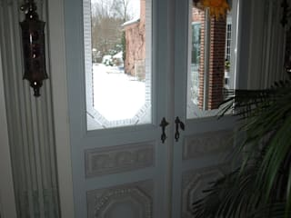Türen mit Stuckarbeiten Klassische Fenster & Türen von Die Tischlerei Klassisch
